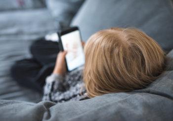 Allarme ortopedici,+700% casi di cifosi da smartphone tra bimbi