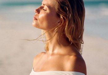 I raggi del sole sono terapeutici: riducono l'acne e fanno bene a ossa e circolazione